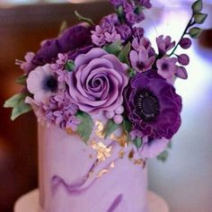Pantone just dropped its Color of the Year news… and now, we just sit back and watch the world of weddings turn purple… well, ultra violet, to be exact. Purple Love, All Things Purple, Shades Of Purple, Pink Purple, Lavender Flowers, Purple Flowers, Wedding Colors, Wedding Flowers, Purple Wedding Cakes