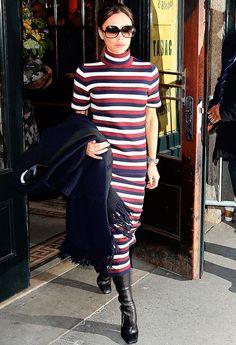 victoria beckham usa vestido listrado comprido