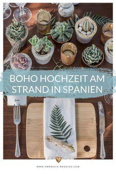 Heiraten am Strand in der Sonne am Meer ist wohl die romantischste Art sich zu trauen. Eine Hochzeit in Spanien am Meer ist entspannt und immer wunderschön. Ambrosia Wedding hilft dir bei der Planung deiner Strandhochzeit. Boho Hochzeit am Strand in Spanien. Traumhochzeit im Boho Stil, Boho Wedding in Spanien. Boho Deko für die Boho Braut.  #strandhochzeit #beachwedding #heiratenamstrand #bohowedding #bohohochzeit #bohodeko Wedding Designs, Wedding Styles, Mediterranean Wedding, Boho Stil, Hippie Boho, Boho Wedding, Bridal Shower, Table Settings, Place Card Holders