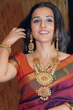 Vidya Balan in beautiful saree and  gold long chain and earrings studded with uncut diamond, rubies