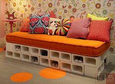 Aproveitando o espaço,sofa para quarto infantil feito com blocos serve como sapateira para os pequenos..