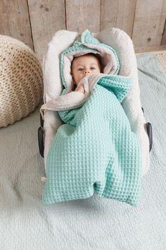Perfekt für den Winter! Der warme Baby Fußsack von Koeka passt super in die Babywanne oder in die Maxi Cosi. Innen kuschelig weich und außen mit schicken Waffelmuster