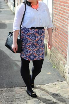 Plus size printed pencil skirt and white shirt + orange statement necklace / Jupe crayon imprimé et blouse blanche grande taille + collier noeud orange http://anaispenelope.blogspot.fr/2015/03/be-proud-woman.html