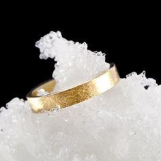 El efecto hielo de las alianzas de boda dan un  toque refrescante a las joyas. Los acabados de Argyor hacen que sean unas alianzas originales.