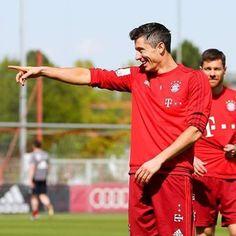 Training ❤️ He is hot asf  Partners: @bayernmunchen.dfb @fcb_jana_art // #FCB #FCBayern #FCBayernMunich #FCBayernMünchen #Bayern #BayernFamily #BayernMunich #BayernMünchen #FanPageBayern #MiaSanMia #PackMas #AllianzArena #Lewandowski #LewanGOALski #Lewandow5ki #RobertLewandowski #rl9 #rl9min #rl9fans ❤️