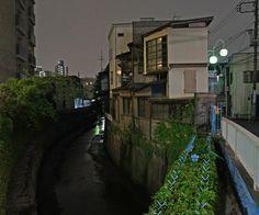 夜散歩のススメ「立会川の脇、護岸民家」東京都大田区