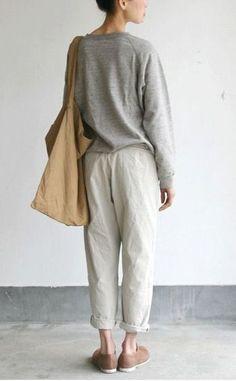 淡いグレーに白とベージュを合わせればとってもやわらかい印象に。ゆるいスタイルながらも落ち着いた色なので大人っぽく見えます。