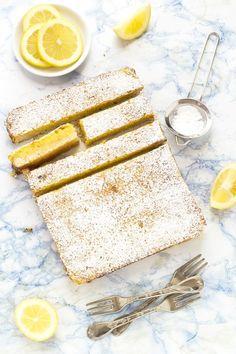 rosemary lemon bars - barrette al limone e rosmarino Translate from english and it looks ridic Lemon Desserts, Lemon Recipes, Köstliche Desserts, My Recipes, Sweet Recipes, Delicious Desserts, Dessert Recipes, Cooking Recipes, Yummy Food