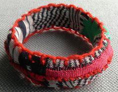 Bracelet textile graphique.  Esprit couture. par VeronikB sur Etsy