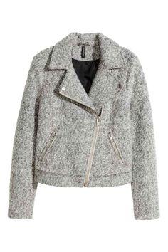 Jachetă motociclist, mix lână: Jachetă de mototciclist fir bouclé din amestec de lână, cu fermoar diagonal în faţă, cu capse pe revere şi cu buzunare laterale cu fermoar. Căptuşită.