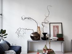 Бетонная скамейка в качестве полки для ваз и картин отлично дополняет интерьер в стиле лофт. .