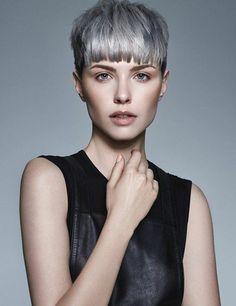 tendance cheveux gris, une coupe de cheveux courte avec frange
