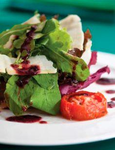 Salada verde com geleia de jabuticaba e amora