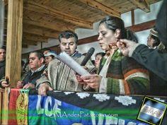 La Comunidad Mapuche Curuhuinca presentó el protocolo de interculturalidad Representantes de la Comunidad Mapuche Curruhuinca, junto a lonkos de las zonales Huilliches y Pehuenches, llegaron hasta el Concejo Deliberante para leer un documento que fue presentado previamente ante el Municipio, como propuesta para acordar las bases de una relación intercultural, en al marco del Protocolo tal como establece la Carta Orgánica Municipal.