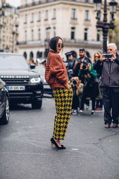The Best Street Style Looks From Paris Fashion Week Spring 2018 Brown Pants Outfit, Tweed Outfit, Spring Street Style, Street Style Looks, Cool Street Fashion, Paris Fashion, Fashion Today, Fashion News, Women's Fashion