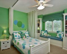 Cuarto para niña en blanco y verde. Muebles de diseño clásico crean un ambiente apacible y romántico para una niña soñadora.