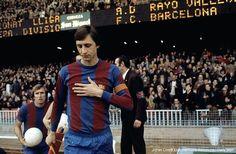 AKARPADINEWS.COM| SEPAKBOLA dunia berduka atas wafatnya Johan Cruyff. Legenda sepakbola asal Belanda itu wafat pada Kamis (24/3) di Barcelona, Spanyol. Cruyff tak kuasa bertahan setelah sekian lama berjuang melawan