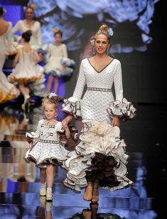 SIMOF 2018: el desfile de Sara de Benítez, en fotos. «A mi aire» es su colección más personal y pretende ser reflejo de ella Spanish Dancer, Flamenco Dancers, Mom And Dad, Cute Dresses, Lace Skirt, Peplum Dress, Leo, Baby Kids, Dads