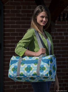 The Road Tripper Duffle is a great getaway bag for a weekend out of town. The outside features six scoop pockets, two handles and a removable shoulder strap. Duffle Bag Patterns, Bag Patterns To Sew, Pdf Sewing Patterns, Road Trippers, Quilted Bag, Duffel Bag, Tote Bags, Diy Bags, Bag Making