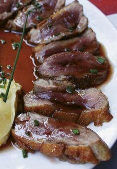 Ingredientes (para 2 personas): 1 magret de pato • Para la reducción de Oporto: Vino de Oporto; azúcar • Para el puré de patata: Patata; leche; mantequilla, huevos de caserío; aceite de oliva  Elaboración: Previamente hacemos el puré de patata, cociendo las patatas peladas y troceadas y añadiendo leche, mantequilla, yemas de huevo de caserío y aceite de oliva virgen. Limpiamos en magret y le hacemos, en la parte de la grasa, unas incisiones con un cuchillo en diagonal. Las incisiones deben…