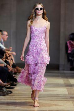 Think pink! Essa é a cor da temporada pra Carolina Herrera. Mas a primavera-verão 2016 da estilista não é feita só disso: ela também faz sua versão da tendência do momento. Repare no efeito trompe l'oeil, com tecidos recortados e aplicados em tule