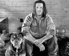 David Foster Wallace, escritor de La Broma Infinita, considerado uno de los escritores más influyentes e innovadores de los últimos años, posando junto a su perro.