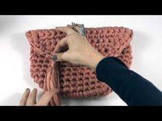 Bolso ovalado de trapillo Parte II   Santa Pazienzia Crochet Clutch Bags, Crochet Tote, Crochet Bracelet, Crochet Handbags, Crochet Purses, Crochet Stitches, Crochet Patterns, Crochet Bag Tutorials, Crochet Diy