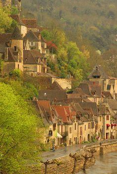 La Roque Gageac liegt in der Region Aquitaine. / La Roque Gageac se trouve dans la région de l'Aquitaine.