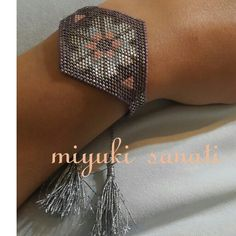 #miyukisanati #miyuki Beaded Braclets, Bead Loom Bracelets, Beaded Jewelry, Bead Loom Patterns, Peyote Patterns, Beading Patterns, Seed Bead Projects, Diy Accessoires, Seed Beads