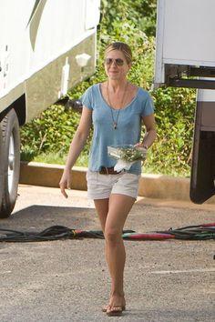 Jennifer Aniston com uma produção bem basiquinha usando o meu tom de azul preferido da estação: Camiseta azulzinha + shorts branco + cinto e rasteirinha no tom natural + colares e óculos simples. Foto: Reprodução