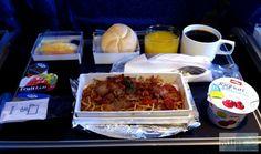 Frühstück - Check more at https://www.miles-around.de/trip-reports/economy-class/singapore-airlines-boeing-747-400-economy-class-frankfurt-nach-new-york/,  #747-400 #avgeek #Aviation #Boeing #EconomyClass #Flughafen #FRA #JFK #NewYork #NewYorkCity #SingaporeAirlines #Trip-Report #USA