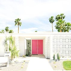 Lifestyle expert Kelly Golightly shares the best things to do in Palm Springs. Free things to do in Palm Springs. Modern Exterior Doors, Modern Front Door, House Front Door, Front Doors, Exterior Design, Palm Springs Häuser, Palm Springs Style, Palm Springs Motels, Modern Landscape Design