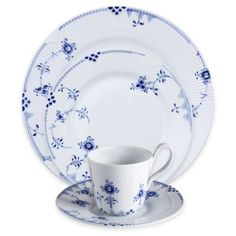 Royal Copenhagen's Blue Elements Dinnerware adds delicate touches of rich, royal blue to the chic Elements pattern. Playful flowers and tendrils dance across beautifully embossed, pure white porcelain for a look that fuses traditional and modern style. Plastic Dinnerware, Porcelain Dinnerware, Blue And White China, Red And White, Casual Dinnerware, Royal Copenhagen, Blue Bedding, Small House Design, Dinner Sets
