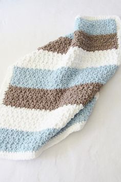 Try this easy and quick chunky afghan free crochet pattern. This fast baby blanket will take only 4 hours and will make a great baby shower gift paired with a book or a soft toy. The stitch pattern is simple and perfect for beginners. Boy Crochet Patterns, Crochet Baby Blanket Free Pattern, Crochet Baby Blanket Beginner, Free Crochet, Easy Crochet, Crochet Owls, Baby Patterns, Sewing Patterns, Crochet Stitches For Blankets