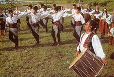 The classic combination of tapan and zurnas constitutes the very core of the Macedonian sound. Traditionally, the zurnadjii perform dance music on different social occasions, such as weddings (425×288)