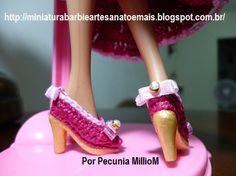 Roupa de Época de Crochê Para Bonecas Barbie Com Sombrinha Aberta e Chapéu Com Penas Por Pecunia MillioM 8