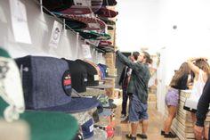Gente con mucho rollito en una tienda con mucho rollito