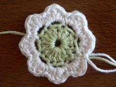 Oi gente! Essa eu tinha que compartilhar com vcs... encontrei um pap de flor de crochê que é para iniciantes, de verdade!!Descobri essa p...