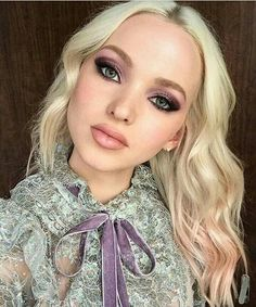 Dove Cameron style for Beautycon in New York. Light Blonde Hair, Platinum Blonde Hair, Celebrity Faces, Celebrity Makeup, Makeup Looks Everyday, Dove Cameron Style, Balayage Ombré, Long Lasting Makeup, Fair Skin