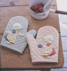 Description : PDF Pattern of Sunbonnet Sue oven gloves sewing cotton felt sewing quilt applique patchwork art gift. This pattern is very Sunbonnet Sue, Applique Patterns, Applique Quilts, Quilt Patterns, Quilting Projects, Sewing Projects, Fabric Crafts, Sewing Crafts, Kitchen Gloves