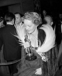 Bette Davis com seu oscar de 1938 por Jezebel Golden Age Of Hollywood, Vintage Hollywood, Hollywood Stars, Classic Hollywood, Hollywood Glamour, Hollywood Icons, Hollywood Actresses, Vintage Vogue, Oscar Academy Awards