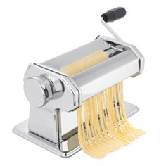 Enjoy the best homemade pasta with this fabulous pasta machine! Its rollers system (Approx. cm of length) allows you to get pasta sheets with a width between approx. mm and 2 mm thanks to its 7 adjustable positions. Pasta Making Machine, Pasta Machine, Pasta Casera, Spaghetti, Gadgets, Living Proof, Ice Cream Maker, Homemade Pasta, Other Accessories