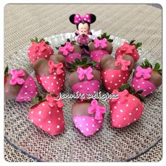 Minnie Mouse inspired chocolate covered strawberries. Great for any girls party. #minniemouse #minnie #chocolatecoveredstrawberries  Facebook: www.facebook.com/jennisdelights1  Instagram: jennisdelights