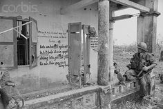 https://flic.kr/p/6F2SRS | U1586635 | 17 Mar 1968, Hue, South Vietnam --- US Soldier with grafitti, Hue, S.Vietnam. --- Image by © Bettmann/CORBIS altro PERFETTO