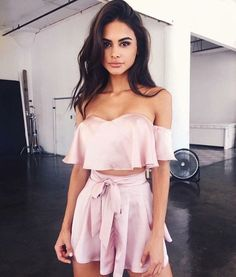Chica con outfit color rosa