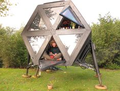 Walking House designed by is a modular dwelling system that enables persons to live a peaceful nomadic life, moving slowly through the landscape or cityscape with minimal impact on the environment. Unusual Homes, Howls Moving Castle, Machine Design, Tiny House, Small Houses, Outdoor Gear, Gazebo, Tent, Minimalism