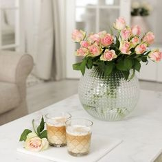 Wednesday 💕☕ Have a lovely day 🌸 Kirjoitin illalla blogiini ajatuksiani siitä, miten me äidit voisimme vähän hellittää. Ahkeroimme ja teemme kovasti töitä perheemme eteen ja sitten kuitenkin syyllistämme itseämme monista asioista. Lue koko juttu ja mistä nämä pohdintani saivat alkunsa: www.pellavaajapastellia.fi! Mukavaa päivää🌸 #livingroomdecor #coffeetime