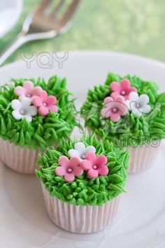 Flower garden cakes -- so pretty!