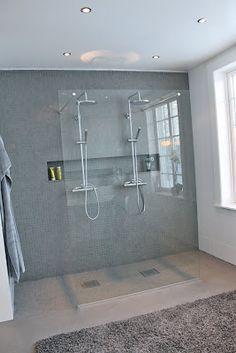 """Här är ett hörn av badrummet som jag inte visat er ännu, vår """"walk-in-shower""""! Dubbla duschar är något vi har drömt om länge för det är så..."""