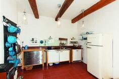Jakou dát podobu kuchyni? | Chatař Chalupář Track Lighting, Kitchen Cabinets, Ceiling Lights, Table, Furniture, Home Decor, Decoration Home, Room Decor, Cabinets